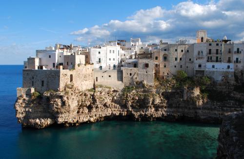 Puglia-cliff-houses